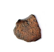 Tursiannotkon kaivaukselta 2017 löytynyt savikiekon katkelma, jossa erottuu myös kiekon keskellä ollutta reiän kohtaa.