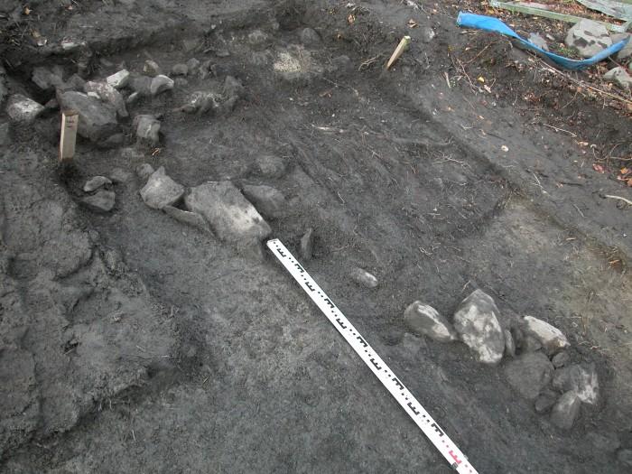 Vuoden 2012 kaivauksissa paljastuneita kivi- ja puurakenteiden jäännöksiä
